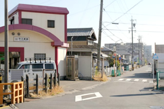 近鉄中川原駅を出て道なりに進んでください